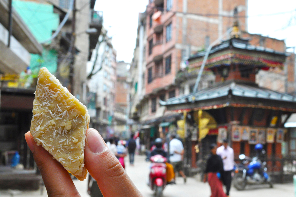 牛乳をじっくり煮詰めて鉄板で焼いた、まるで黄身しぐれのような食感のミルクケーキ「バルフィ」/アジア・ネパール
