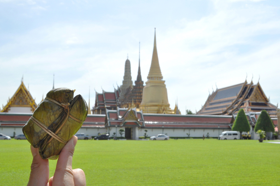 「カオニャオ・ムーン」。ココナッツミルクで炊いた餅米を、バナナの葉で包んだちまき菓子/アジア・タイ