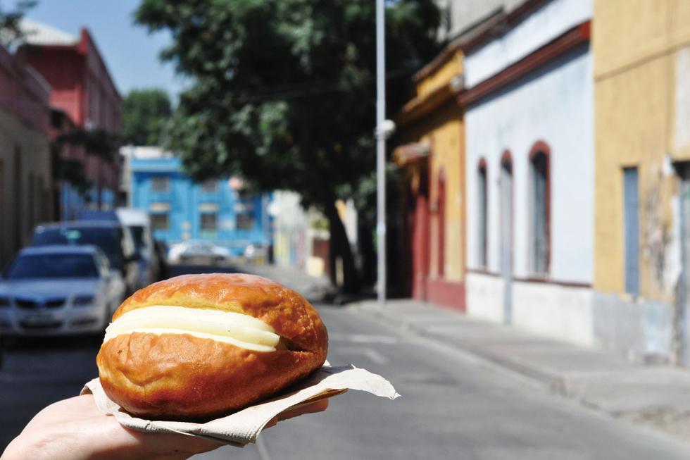 ドイツ由来の揚げドーナツ「ベルリン」。甘さひかえめの生地にカスタードクリームをサンドしたもの/南米・チリ