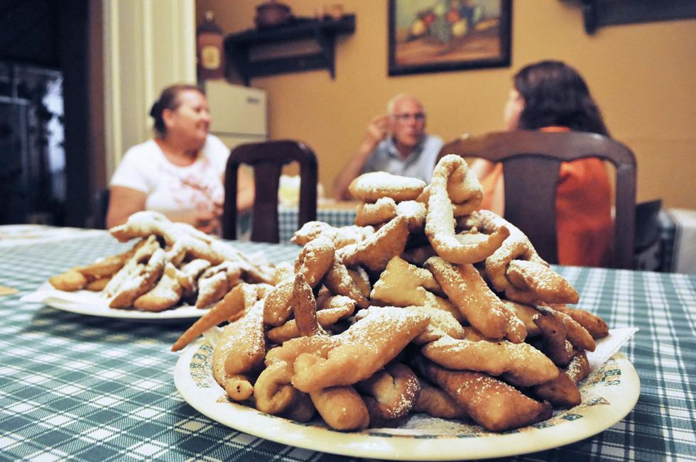 家庭で手作りされることが多いという「カルソネス・ロトス」。ベーキングパウダーで作る揚げドーナツなのですが、ふんわり香るレモンの皮のおかげでさっぱりとした仕上がり/南米・チリ
