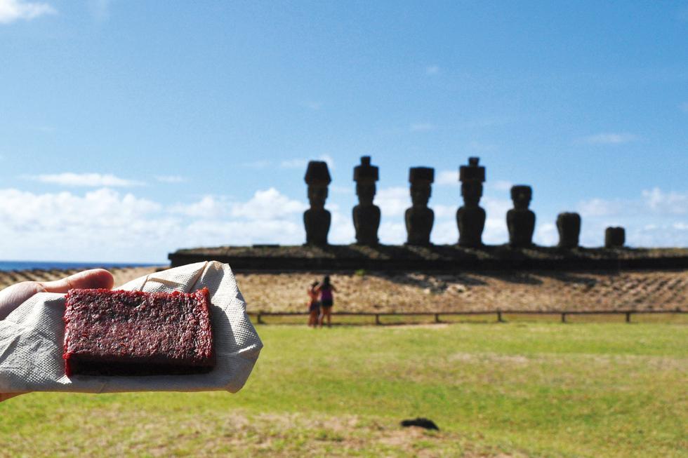 「パステル・デ・レモラチャ」は、深い赤色が特徴的なビーツを使ったパウンドケーキ。イースター島名物/南米・チリ