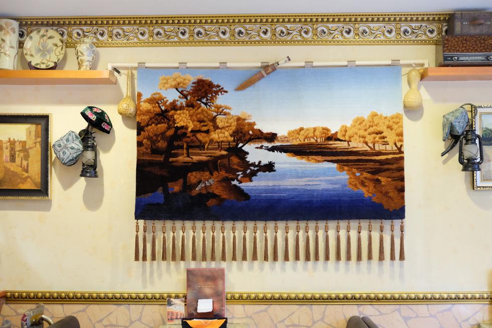 ウイグルの風景が描かれたタペストリー