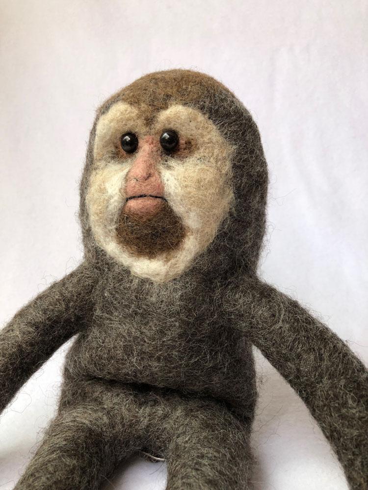「チベットマカク」 本物がすでに擬人化されているような姿の猿を、もう半歩ほどぬいぐるみ的にして造形