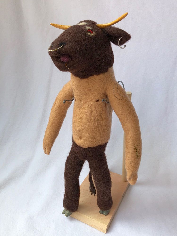 「ミノタウロス 」 ギリシャ神話の怪物。ピアスに刺青に不気味な表情。けれど羊毛だとちょっとマイルド