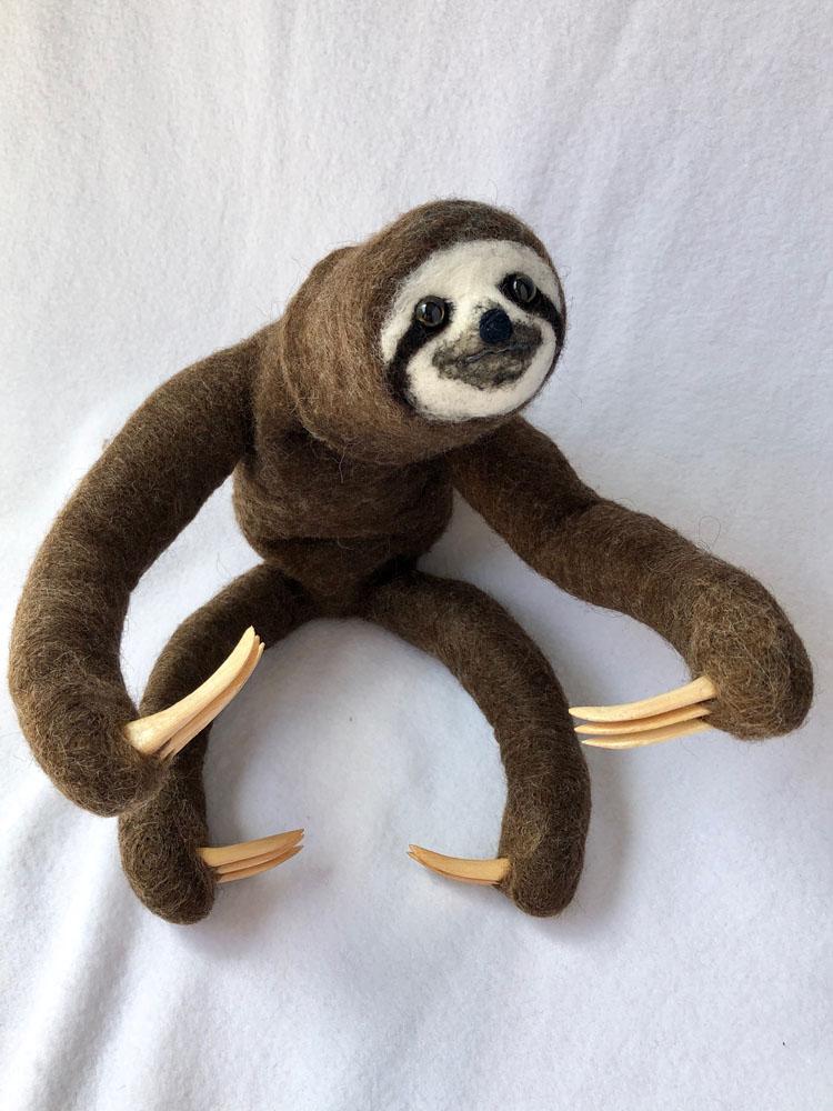 「ミユビナマケモノ」 大きな爪は木で製作。ワイヤが仕込まれており、ぶら下げたり掴まらせたりが可能。首もグルっと回ります