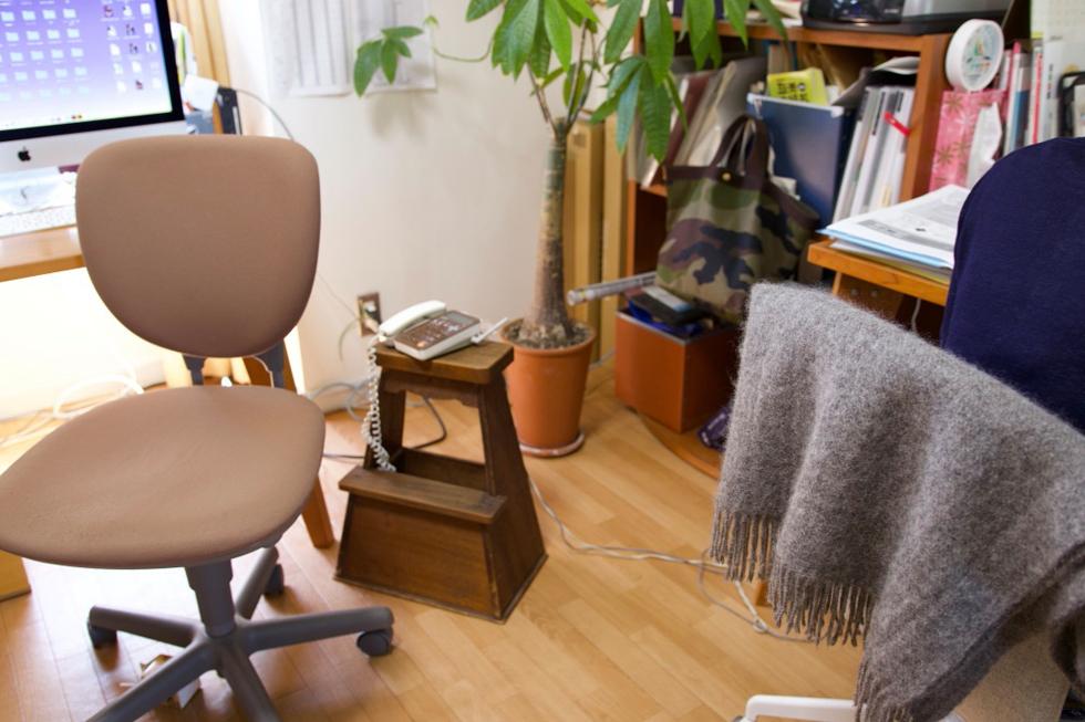 左が社長、右が本人の机。机はboコンセプト、椅子はイケア