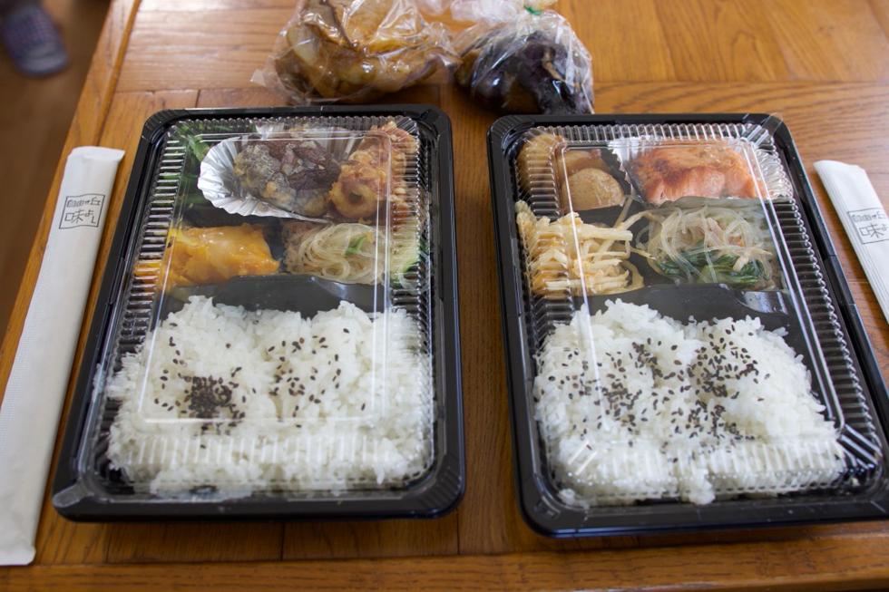 近所の惣菜店、味よしのお弁当。おかず4種520円。「毎日食べても飽きない」