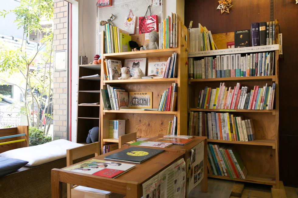 日当たりのいい一番いい場所に、子どもたちが自由に絵本を読めるスペースがある