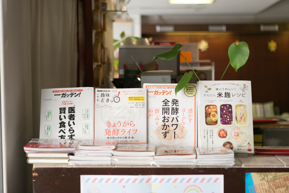オーナーの外山さんが興味を持っている、発酵食品関連の書籍がずらり