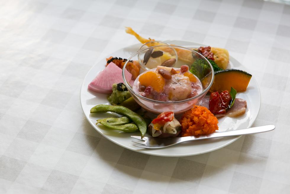 「1日30品目の発酵食品にこだわったヘルシー前菜」。単品パスタに+200円でこれとドリンクがつくのは驚き! 数量限定なので品切れになることもしばしば
