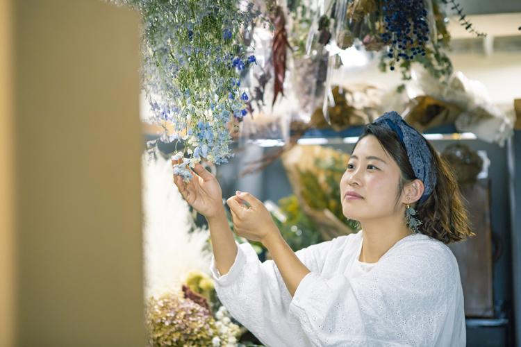 """大量に廃棄される生花……""""ロスフラワー""""をよみがえらせる河島春佳さん"""