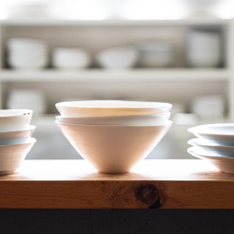 """〈9〉料理と空間に""""心地良さ""""をプラスする、陶芸家・黒田泰蔵さんの白い器/のみやパロル"""