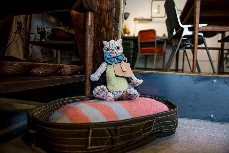 店内のところどころに座るネコのぬいぐるみは、洋裁家、ぬいぐるみ作家の波津あゆ子さんの作品。そのひとつひとつにストーリーが設定されている