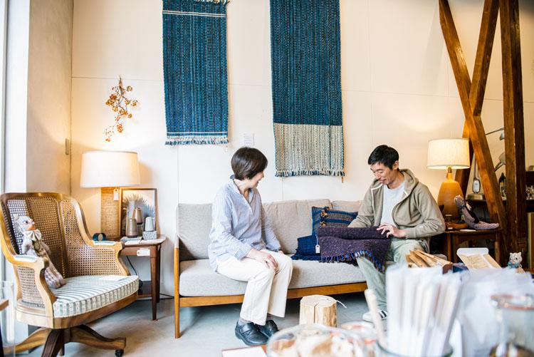 壁に掛けられたラグを手掛ける、鎌倉在住の手織作家、後藤典子さんと。このラグは「STOVE」で自分用に注文できるようになっている