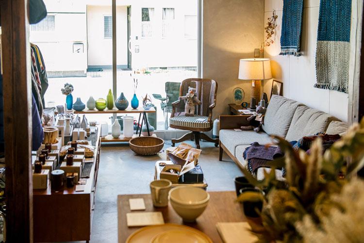 オリジナル家具やアメリカのヴィンテージ雑貨、洋服のほか、地元作家の陶器、コラージュ作品なども