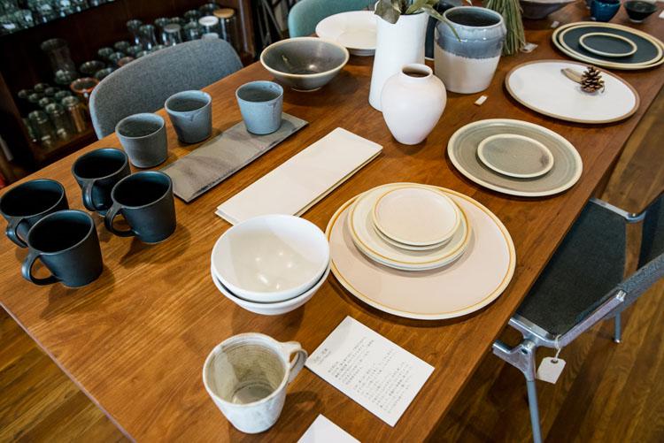 陶芸家、八代成実さんのうつわが並べられたこのダイニングテーブルも隼さんのデザイン