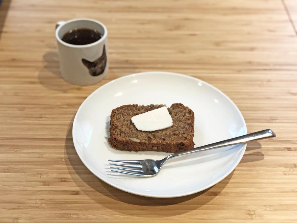 朝食のバナナブレッドを、ヴィーガンで