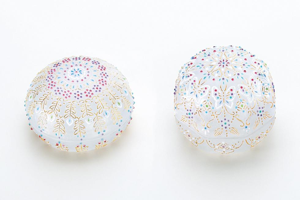 石田征希 左から《香合 連珠宝花》 径7.2×5 cm、《香合 蝶ようらく》 6.5×6.5×5.5 cm