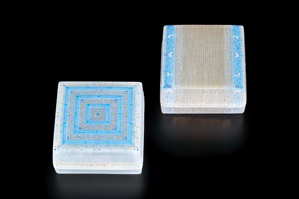 石田知史 左から《小筥 西方への誘いⅠ》 10.3×10.3×5.7 cm、《小筥 西方への誘いⅡ》 10.3×10.3×5.7 cm