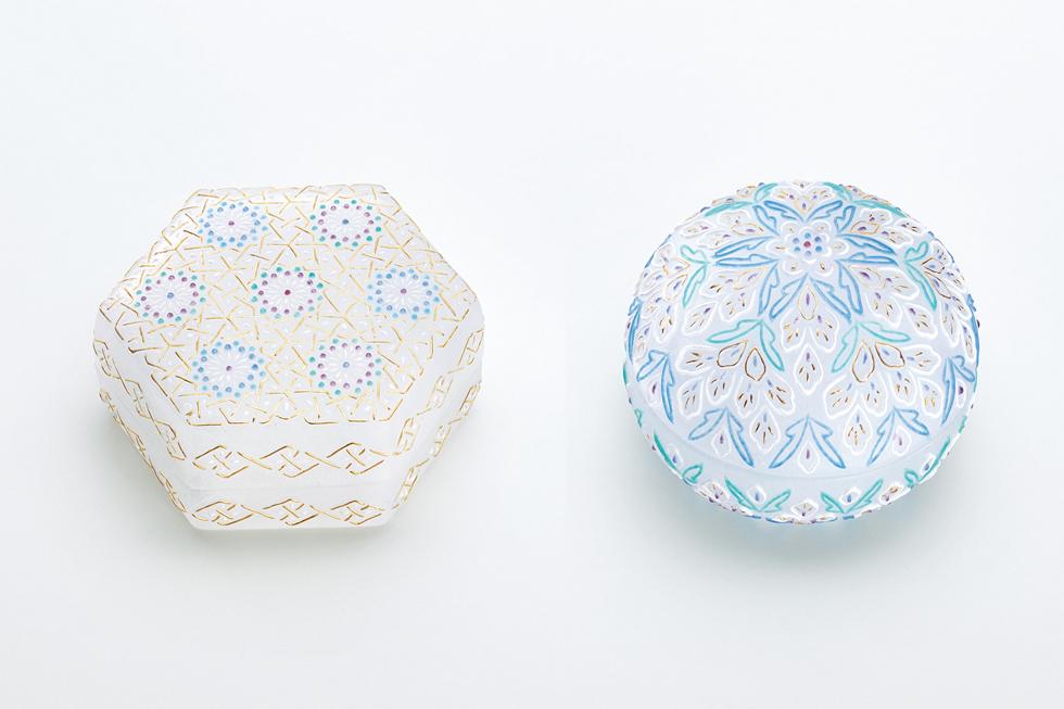 石田知史 左から《六角小筥 アラベスク文》 9×10.3×4.5 cm、《合子 リヨンの思い出》 径9×7 cm