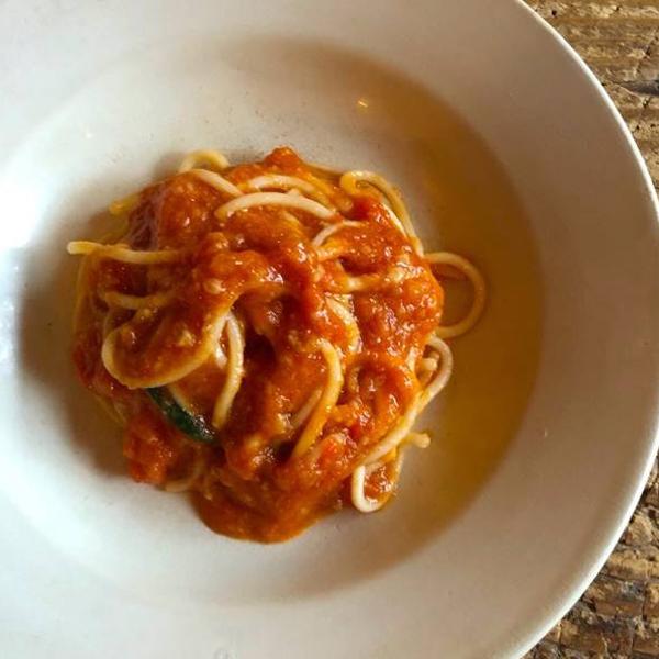 「オルトレヴィーノ」の三浦のトマトで作ったアリオーネと生パスタ スパゲッティ フレスキ 甘糟りり子さん