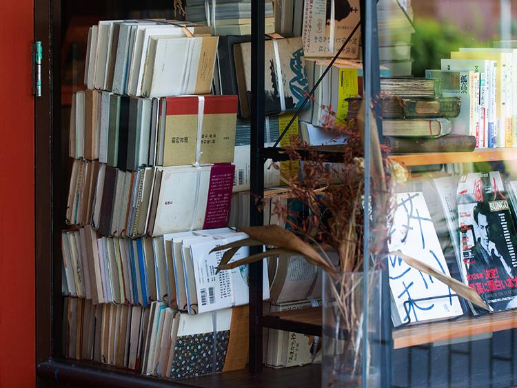 古書店おなじみの、ビニール紐(ひも)で縛られた本