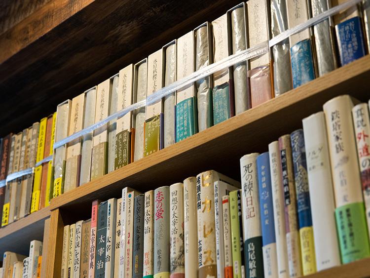 歴史を積み重ねた本の数々