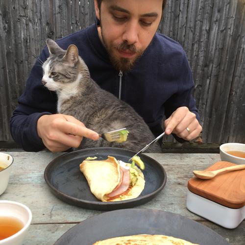お昼寝は、猫の権利です。 byパンダとクライド(飼い主・ザック&ミナミ・マンガンさん)