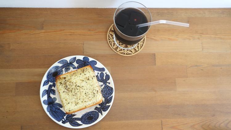 ゴーダーチーズ×胡椒のトーストとアイスコーヒー