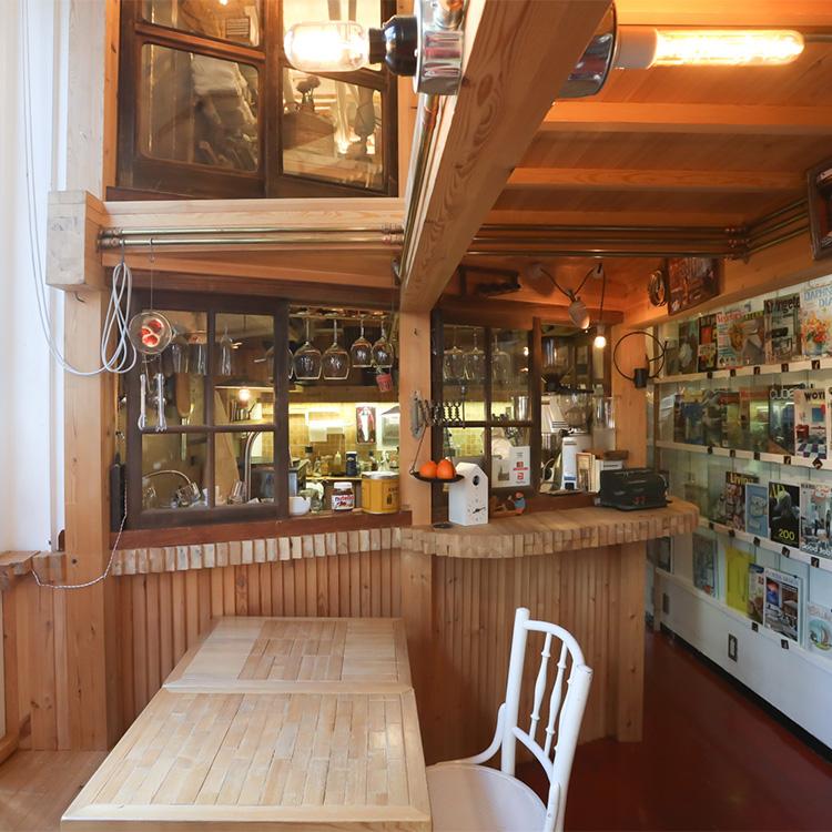 〈143〉部屋作りの知恵と技が詰まった4坪の店 「INTERIOR BOOKWORM CAFE」