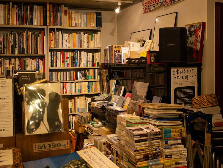 翻訳家の内田莉莎子さんが弾いていたピアノ(本が積まれている)。息子で翻訳家・ミュージシャンの吉上恭太さんから譲り受けた。イベントなどで使っている
