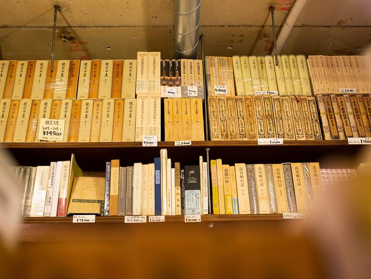本棚の上にもびっしり