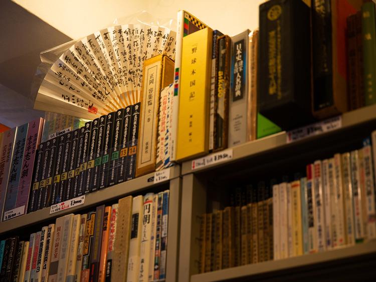 武骨な棚がまた古書店らしい