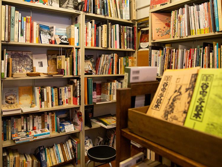 谷根千界隈(かいわい)の本コーナーには、地域雑誌「谷中・根津・千駄木」のバックナンバーも