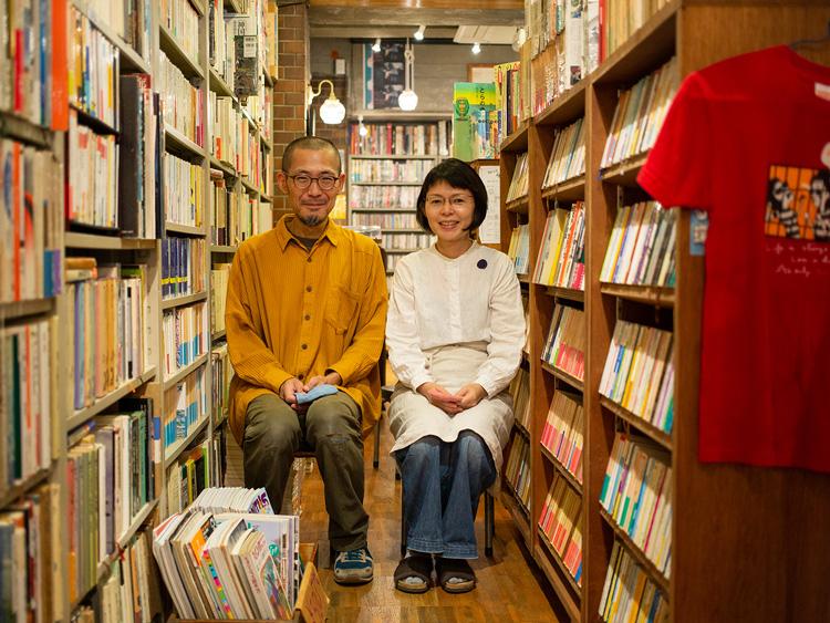 店主の宮地健太郎さんと美華子さん。「古本屋を始めた頃、いい本は放っておいてもそれなりの値段で売れましたが、インターネットの普及に伴い相場が甚だしく下落し、内容に見合った値段で売るのが難しい時代になりました。逆に、買う人にとっては、見つけやすく、かつ安くなったわけで、どんどん買っていただきたいです(笑)」(健太郎さん)