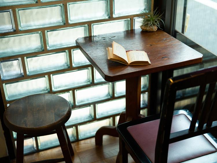 窓際のカフェスペース