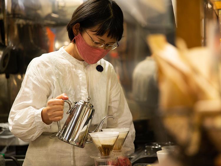 真剣な表情でコーヒーを淹れる美華子さん