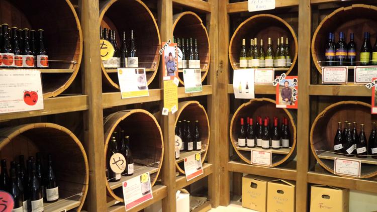 ワイナリー内のショップ「コテアコテマルシェ」で販売されるカーブドッチのワイン、隣接するワイナリーのワイン