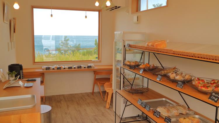夢のような絶景パン屋。海に臨む丘で、至福のたまごサンドを/パンといす