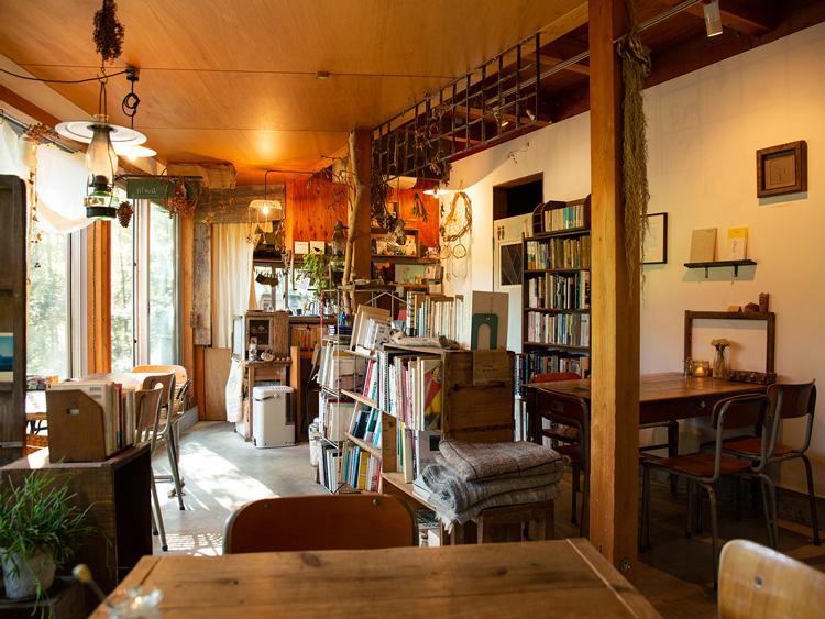 店の奥に進むと、ブックカフェスペースが