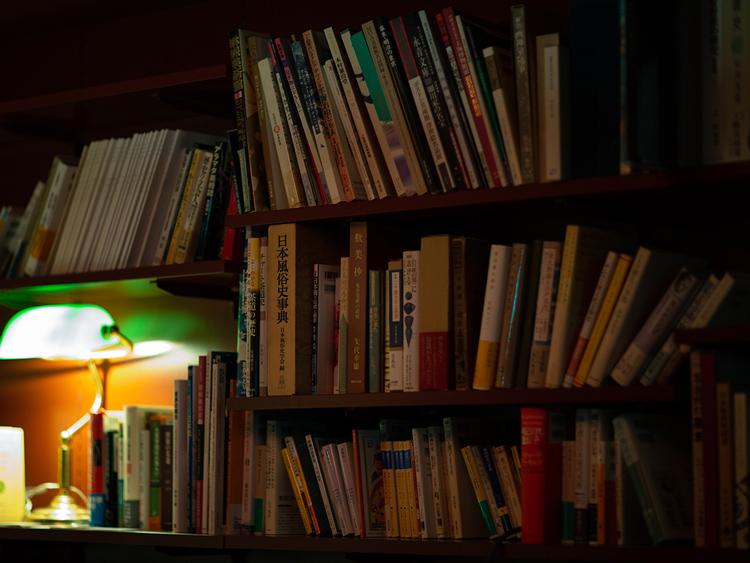 誰かの書斎のような雰囲気も感じられる