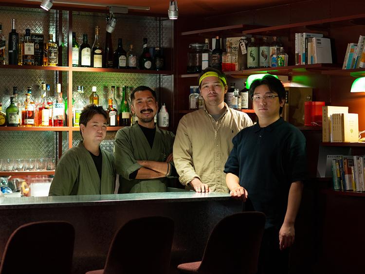 右からマネージャーの金瞬さん、代表の田中開さん、カクテル監修の野村空人さん、バーテンダーの中村繁さん