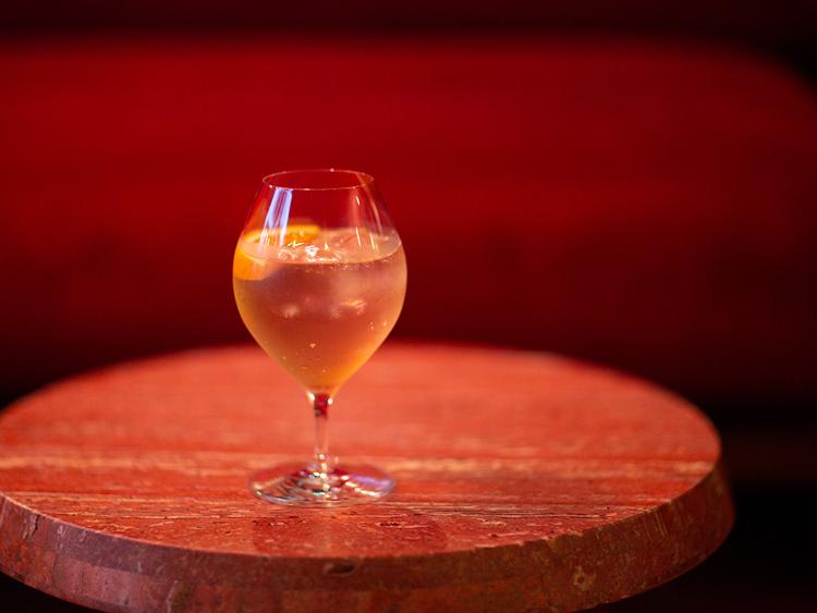 松脂(やに)が溶け込んだギリシャのアッテカワインに水出しの宮崎ほうじ茶を合わせることで、より渋みと香りが感じられる「Mid-day spiritz」(1200円)。度数も低めなので、午後の読書に合わせやすい