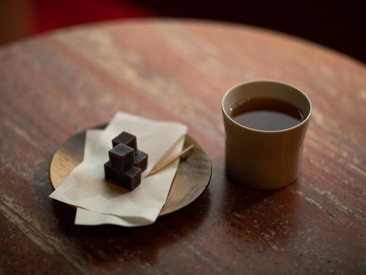 熟成番茶にしょうがやナツメなどを加えたオリジナルティー「Before Sleep」(800円)と「干し羊羹」(500円)