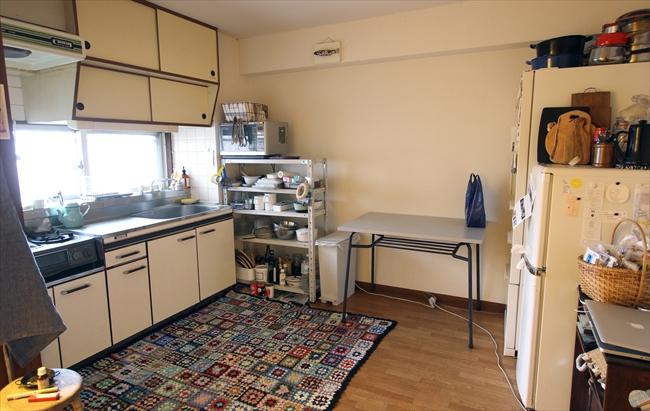 約10畳。撮影や料理中は、中央に作業台が置かれる