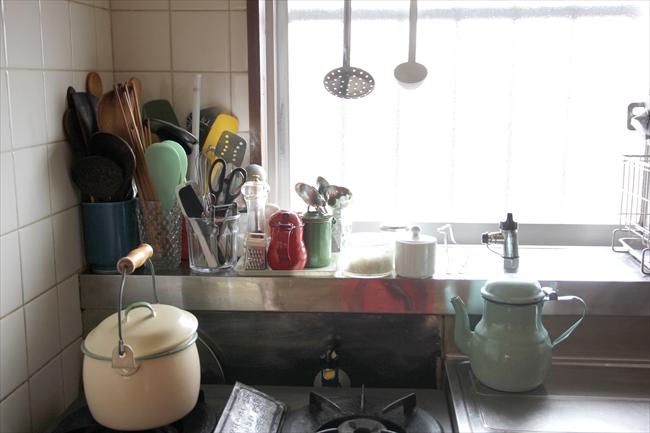 ホウロウの鍋はスウェーデンのアンティーク。ホウロウは素朴で、国によって質感・デザイン・色が違うところがいい