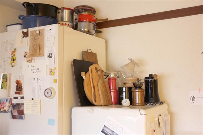 冷蔵庫は2台。コーヒーミル、お茶、普段飲むものを小冷蔵庫の上に