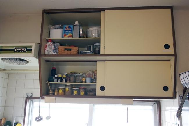 吊り戸棚のフォルムがお気に入り。下はスパイス、上は麺類、粉物、各国のおろしがねを収納