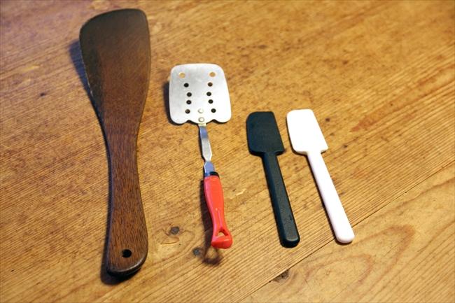 よく使う道具。木べらは薄さとカーブが魅力。100円ショップのフライパン返しは、小ささがお弁当作りに最適。スパチュラも、このサイズ感が好きで他にもたくさん持っている