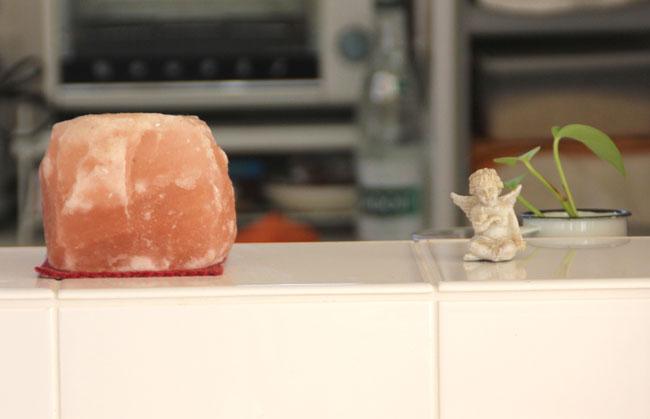 「浄化してくれるので」と岩塩がキッチンカウンターに鎮座。天使モチーフの小物は好きで集めている
